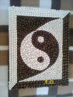 Resultado de imagen para mandalas hechos con semillas Rock Crafts, Diy And Crafts, Arts And Crafts, Pebble Mosaic, Pebble Art, Coffee Bean Art, Seed Art, Coffee Crafts, Brown Art