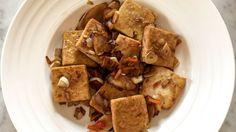 Tofu na čínsky spôsob je rýchly obed alebo večera, obsahuje bielkoviny a tofu je základom vyváženého jedálnička. INGREDIENCIE