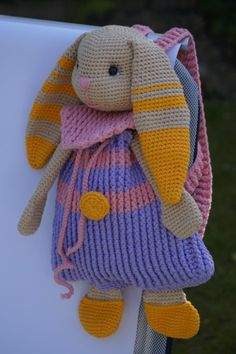 Dieser Hasen-Rucksack ist so süß, auf den kannst Du nicht verzichten. Klick rein, guck Dir das Foto vom fertig gehäkelten Rucksack an und leg los.