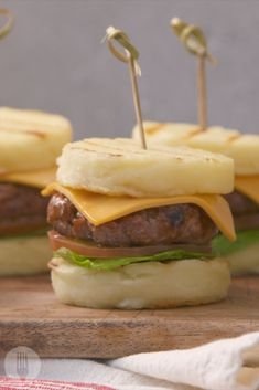 Mini cheese burgers with buns made from maize meal! What a cool new way to serve pap! Parsley Recipes, Mayonnaise Recipe, Mini Burgers, On The Go Snacks, Steak And Eggs, Keto Bread, Light Recipes, Cheddar Cheese, Mini Hamburgers