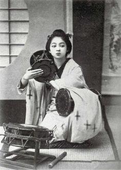 "sumi-no-neko: "" by 玉村康三郎 Tamamura Kōzaburō (1856 - 1923) Girl beating a Tsugumi """