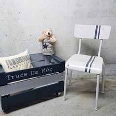 La même pour garçon  !! Sympa de faire sa propre deco dans ses couleurs à moindre frais avec les produits Eleonore deco caisse pommes relookee avec peinture et pochoir Eleonore deco (rajout de roulettes) de même pour boîte de lait bébé et chaise ecolier Chaise 35 € Caisse 45 € (de l autre côté de la caisse pochoir code barre comme sur le coussin) Boîte 6 € (sans frais de port)  #eleonoredeco  #chambreenfant #cadeaudenaissance  #relooker #diy  #peinture #pochoir #loisirscreatifs