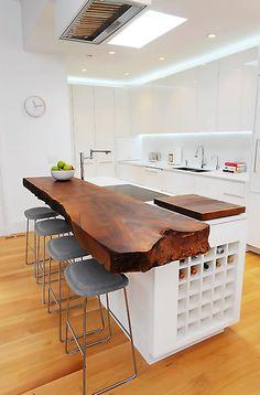 Las ventajas de las #cocinas con barra y desayunador es que visualmente amplían el espacio y se gana luz.