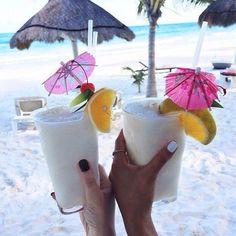 ¿Hora de un coctel? Lo mejor será disfrutarlos con tu mejor amiga en la playa de #Aruba.   #Onehappyisland #DescubreAruba