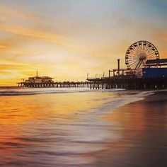 Last night we finally got the sunset I've been waiting for. After a week on the road I got my west coast sunset. Lol. A few local instagrammers met me down by the pier and I spent the next hour running up and down the beach capturing as many different perspectives as I could. This is Santa Monica pier. ⛱ @HelloworldAU #ExpertsInEverywhere
