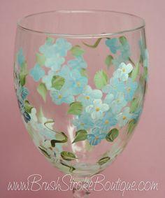Se muestra en el vástago de remolino vino vidrio con ningún brillo.  Cada copa de vino es individualmente pintado a mano y puede variar