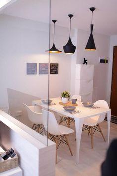 sala de jantar com mesa e cadeiras brancas com luminárias pendentes