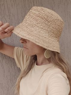 Mimi Raffia Bucket Hat – Moni The Label Mode Crochet, Knit Crochet, Crochet Hats, Sombrero A Crochet, Crochet Summer Hats, Knitting Patterns, Crochet Patterns, Raffia Hat, Crochet Accessories