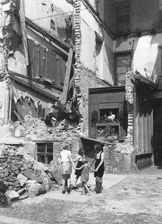 Berlin im Sommer 1945. Improvisiertes Wohnen überall. Fotograf unbekannt.