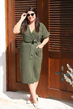 como usar vestido envelope verde musgo. como usar vestido envelope. como usar vestido mullet. modelo de vestido que valoriza o corpo feminino. vestido decote v. vestido com amarração lateral. vestido transpassado.