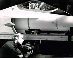 A crew member from Derek Meddings' team crouches beside the puppet-sized Angels Interceptor plane (from Captain Scarlet) Sci Fi Movies, Movie Tv, Fantasy Tv Shows, Sci Fi Tv Series, Thunderbirds Are Go, Master Of Puppets, Days Of Future Past, Great Films, The Godfather