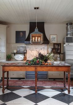 Urban Electric lighting - fabulous country kitchen with black and white checkered floor and an old work table. Urban Electric lighting - fabulous country kitchen with black and white checkered floor and an old work table. Kitchen Interior, New Kitchen, Kitchen Dining, Kitchen Ideas, Vintage Kitchen, Urban Kitchen, Kitchen Cabinets, Kitchen Black, Rustic Kitchen