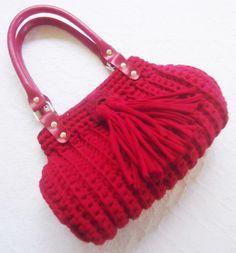 Bolsa de crochê confeccionada artesanalmente com Fio de Malha, 100% Resíduos Têxteis. Forrada com tecido 100% algodão. Costura reforçada. Alça de mão em Corino <br>PEÇA EXCLUSIVA SÓCROCHÊ. DESIGNER Gladys Carneiro.