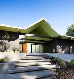 The Eichler Homes of Balboa Highlands — Denver Architectural Photographer Maison Eichler, Eichler Haus, Modern Entry, Modern Exterior, Exterior Design, Midcentury Modern, Joseph Eichler, Mid Century Exterior, Entry Stairs