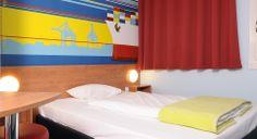 Zimmer mit französischem Bett im B&B Hotel Hamburg-Altona