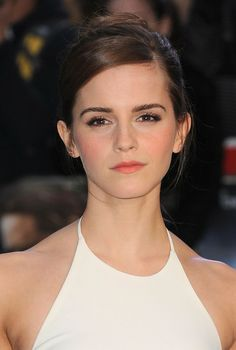 Pin for Later: Emma Watson Provides Some Seriously Chic Wedding Inspiration Emma Watson at the UK Noah Premiere Emma Watson Belle, Ema Watson, Emma Watson Beautiful, Emma Watson Sexiest, Wedding Beauty, Wedding Makeup, Chic Wedding, Wedding Peach, Wedding Dress
