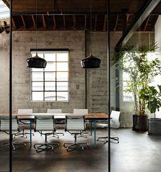 Modern Office Meeting Room Design New Office Loft Office Modern Rustic Office, Industrial Office Design, Home Modern, Modern Office Design, Office Interior Design, Office Interiors, Office Designs, Office Ideas, Modern Offices