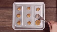 Deze heerlijke pindakaaskoekjes maak je met drieingrediënten zó klaar! Dit heb je nodig 250 g pindakaas 200 g suiker 1 ei Aan de slag Meng alles met een mixer Rol balletjes Plet ze met een vork Leg de koekjes een tiental minuutjes in een voorverwarmdeoven (180°). Klaar!  Tip! Ben je een chocolade-fan? Maak er … Continued