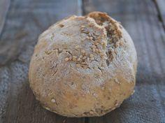 Dadurch, dass ich mittlerweile ja doch schon das ein oder andere Brötchen-Rezept ausprobiert habe, ergeben sich immer wieder neue Kombinationen, die sich sehr einfach und schnell ausprobieren lassen. Einfach mal ein anderes Mehl ausprobieren, einen Teil des Mehls durch Schrot ersetzen und so weiter. Heute eine flotte Variante mit Roggenmehl und Schrot. Sehr gut als Frühstücksbrötchen geeignet, schnell auf dem Tisch und ziemlich lecker! Zutaten 225 g Mehl (Type 550) 175 Roggenmehl (Type 997)…