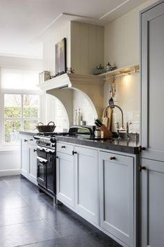 Jarendertig keukens | Keuken jaren dertig Kitchen Mantle, Cosy Kitchen, Kitchen Stove, Kitchen Tiles, Country Kitchen, New Kitchen, Vintage Kitchen, Kitchen Design, Cottage Kitchens