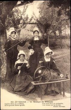 Postcard En Auvergne, Groupe de Fileuses, Spinnerinnen in Volkstrachten