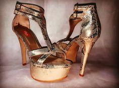 Brilla con unos espectaculares zapatos en folia dorada para esas ocasiones especiales 100% cuero de primera calidad