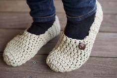 Et par hurtige futter – Mønsterbryder Crochet Slipper Boots, Crochet Shoes, Crochet Slippers, Diy Crochet, Crochet Clothes, Knitting For Kids, Diy And Crafts, Footwear, Womens Fashion