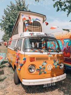 Hippie VW busses Tired of all those expensive bohemian brands out there?… Hippie VW busses Tired of all those expensive bohemian brands out there? Time to meet the 11 most affordable boho brands that will rock your world! Festival Hippie, Hippie Vibes, Hippie Man, Vw Hippie Van, Hippie Camper, Beach Hippie, 70s Hippie, Hippie Bohemian, Bohemian Style