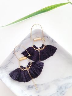 Cute boho earrings in gold with blue tassels. // Boucles d'oreilles Folk frange de soie par CorailMenthe sur Etsy