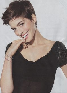 Anne Hathaway's pixie cut is extremely flattering on her. Reminds me of Linda Evangelist's pixie cut in the . New Short Haircuts, Cute Hairstyles For Short Hair, Pixie Hairstyles, Trendy Haircuts, Popular Haircuts, Easy Hairstyles, Black Hairstyle, Beautiful Hairstyles, Wedding Hairstyles