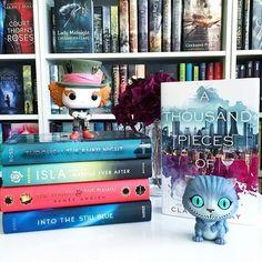 Quem gostava de ter uma estante assim? :) #bookphotochallenge #funko #funkopop #madhatter #cheshirecat #bookstagrammer #aliceinwonderland #shelfie #bookshelf