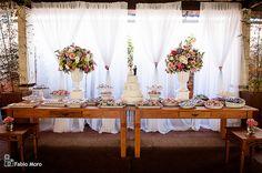 Fotos da decoração de casamento fotografado pelo fotógrafo de casamentos Fabio Moro, na cidade de Campos dos Goytacazes, RJ. Decoração de casamento romântica e clássica, decoração de casamento provençal com toque rústico das mesas de madeira. Os arranjos de mix de flores altos  com gérberas, rosas, lisianthus, hortênsia e angélicas nas cores rosa, azul e branco deram um ar de sofisticação na decoração do casamento