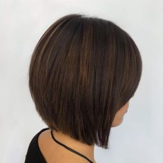 No need to sacrifice style when you wanna go for an easy and practical cut. Take a peek at these popular versions of the inverted bob with bangs! Layered Bob Thick Hair, Short Layered Bob Haircuts, Best Bob Haircuts, Asymmetrical Bob Haircuts, Bobs For Thin Hair, Bob Hairstyles With Bangs, Bob Hairstyles For Thick, Bob Haircuts For Women, Haircut For Thick Hair