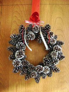 DIY Christmas pinecone wreath from Christmas 2009. #DIY #Christmas Corona de Navidad de piñas