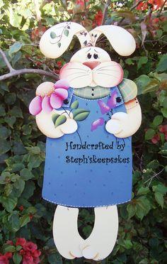 https://www.etsy.com/pt/listing/125643192/bloomin-miss-bunny-hanger-wooden-girl?ref=related-2