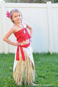 Create the perfect princess Halloween costume with this easy DIY Moana costume. This easy to make Halloween costume is perfect for your island princess. Moana Disney Costume, Moana Costume Diy, Moana Halloween Costume, Disney Costumes For Kids, Themed Halloween Costumes, Halloween Kostüm, Costumes For Women, Halloween Makeup, Homemade Costumes