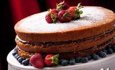 'Naked cake' também leva morangos no recheio e na decoração