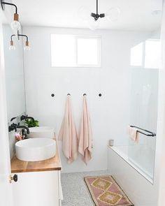 "Gefällt 430 Mal, 7 Kommentare - Immy + Indi (@immyandindi) auf Instagram: ""Think I might like some pink towels after spotting this bathroom by @designlovefest    #bathroom…"""