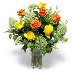 Un bouquet di rose, giallo e arancione, con foglie verdi, per esprimere amicizia e affetto verso una persona
