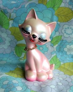 Kitsch Kitten...the face of those head vases and the body of a cat! Wow!