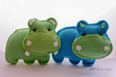 Two different hippos. Felt Animal Patterns, Plushie Patterns, Stuffed Animal Patterns, Felt Christmas Decorations, Felt Christmas Ornaments, Felt Keyring, Sewing Crafts, Sewing Projects, Felt Finger Puppets