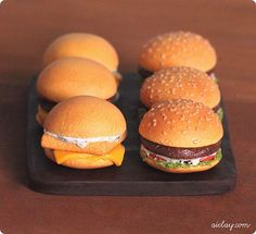 Miniature Burgers LOL, aren't they cute? So cute Miniatures Burgers, Looks so Yummy too. Tiny Food, Fake Food, Food N, Food And Drink, Miniature Crafts, Miniature Food, Diy Gift For Bff, Biscuit, Doll Food
