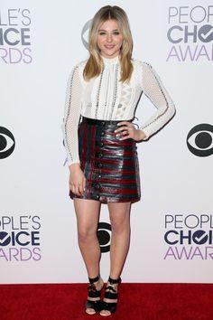 Chloë Grace Moretz im Louis Vuitton Komplettlook: Zu den People's Choice Awards trug sie einen gestreiften Rock und eine weiße Bluse mit Lochmuster.