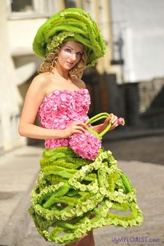 Tallinna Lilleball - IamFlorist - how cute is that wool/flower ring Botanical Fashion, Floral Fashion, Fashion Art, Fashion Show, Art Floral, Floral Design, Creative Flower Arrangements, Flower Headdress, Glamour