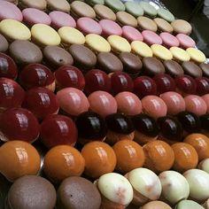 Plateau de mignardises #macarons #choux #mignardises #dessert #patisserie…