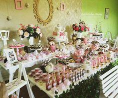 Decoração de festa feita por Gabriela Alves Decoradora e Projetista.  Chá de bebê da Pietra (mesa do bolo tema ovelhinha)