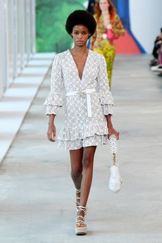Michael Kors Collection Spring 2019 Ready-to-Wear Fashion Show Collection: See the complete Michael Kors Collection Spring 2019 Ready-to-Wear collection. Look 18 Women's Runway Fashion, New York Fashion, Fashion News, Fashion Models, Fashion Show, Fashion Design, Women's Fashion, Fashion Brands, Work Fashion