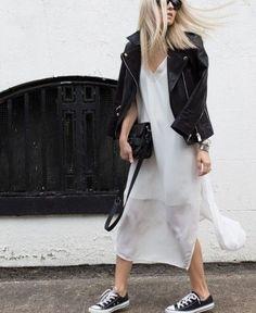 Vestido branco + jaqueta de couro preta