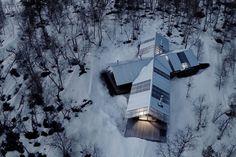 Esta cabaña de madera en Noruega se une a una nueva estructura de dos cabinas de una habitación existentes, uno más de 100 años de edad.  Juntos tienen 3 dormitorios en 915 pies cuadrados.   Www.facebook.com/SmallHouseBliss