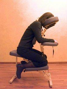 Massage assis - Choisir le massage qui me convient, massage relaxant, se faire masser - Est-il possible de se détendre en 15 minutes ? Avec le massage assis, la réponse est tout simplement oui ! Au bureau, dans certaines boutiques, aéroports ou encore dans des bars et restaurants de Paris et de la province...